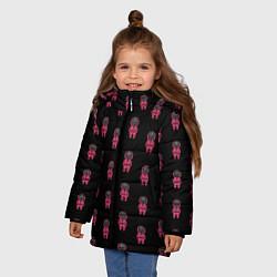 Куртка зимняя для девочки ФИГУРКИ СТРАЖЕЙ ИГРА В КАЛЬМАРА цвета 3D-черный — фото 2
