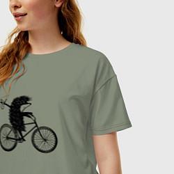Футболка оверсайз женская Ежик на велосипеде цвета авокадо — фото 2
