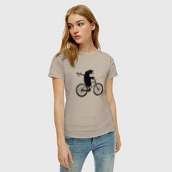 Футболка хлопковая женская Ежик на велосипеде цвета миндальный — фото 2