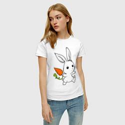 Футболка хлопковая женская Зайка с морковкой цвета белый — фото 2